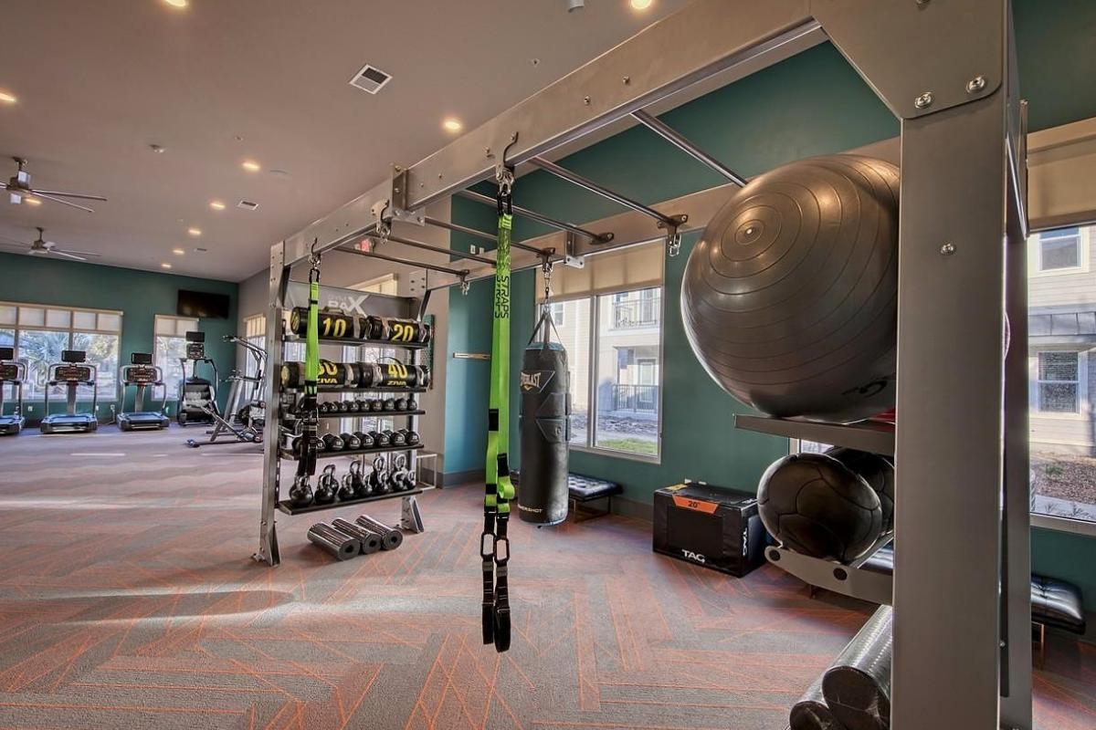 Mẫu thiết kế phòng gym theo phong cách đơn giản, khỏe khoắn
