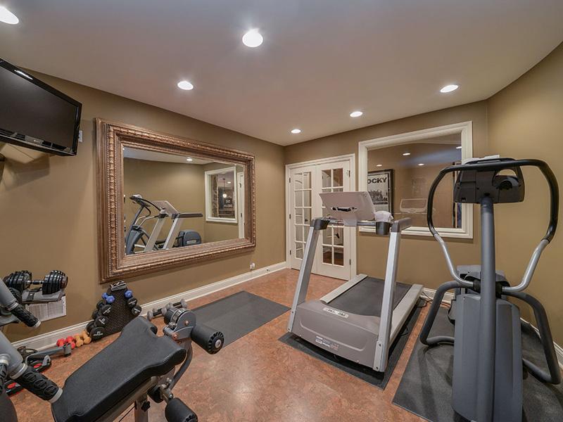 Phòng gym tại nhà dưới tầng hầm tạo sự yên tĩnh riêng tư