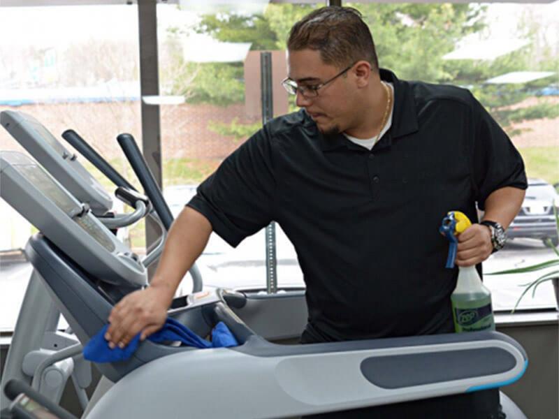 Lau chùi bảo dưỡng máy chạy bộ phòng tập gym thường xuyên