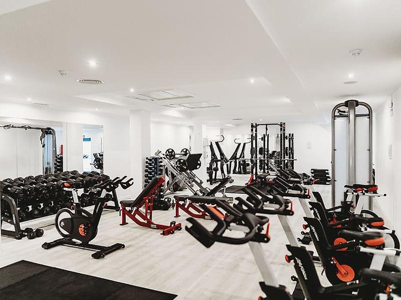 Mẫu thiết kế phòng gym sang chảnh với tone màu trắng sang trọng